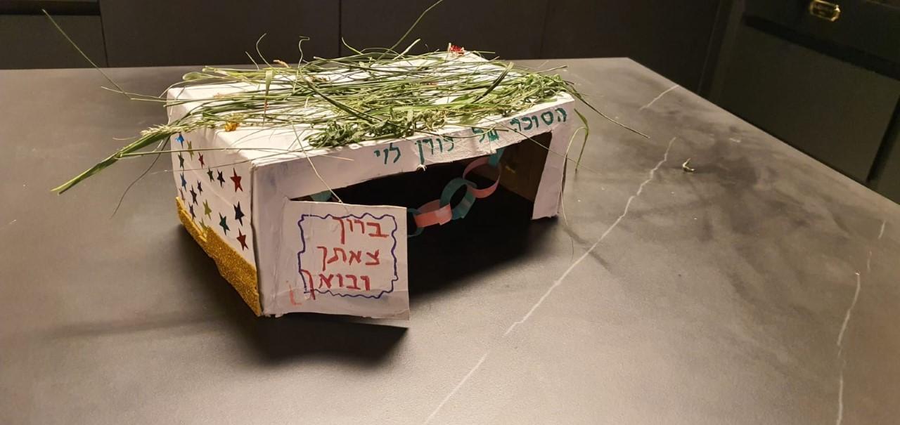 """תלמידי תל""""י גאולים בירושלים מאותגרים על ידי בניית מיני-סוכות מחומרים ממוחזרים!"""